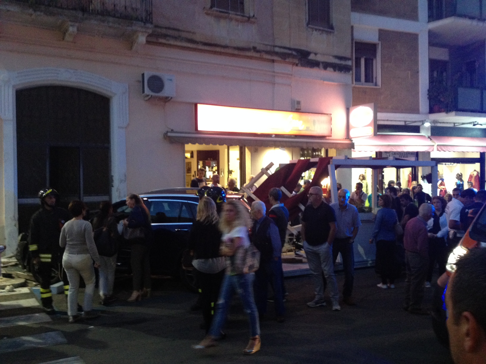 Mercedes sfonda gazebo del bar, spettacolare incidente in pieno centro
