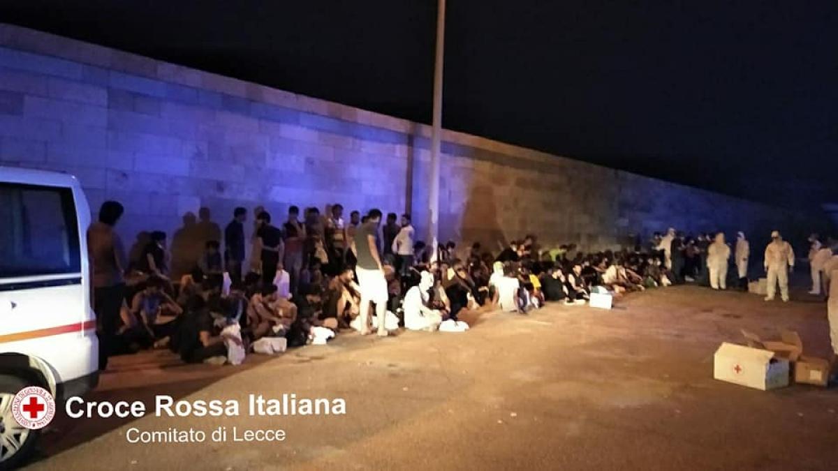 Sbarco nella notte a Gallipoli, soccorsi 84 migranti: arrestati due scafisti turchi